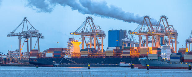 container-ships-loading-at-europoort-tweede-PHT45K7